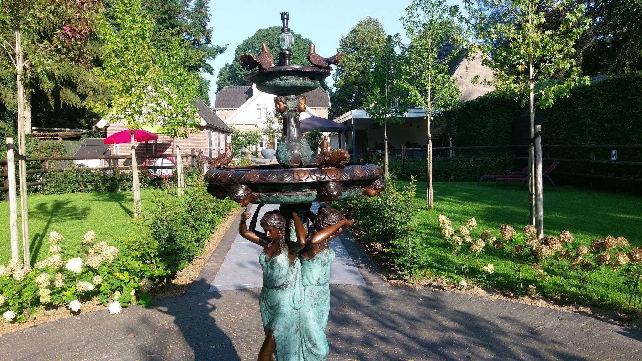 Bronzen Beelden:  3 Vrouwen met vogel fontein-4