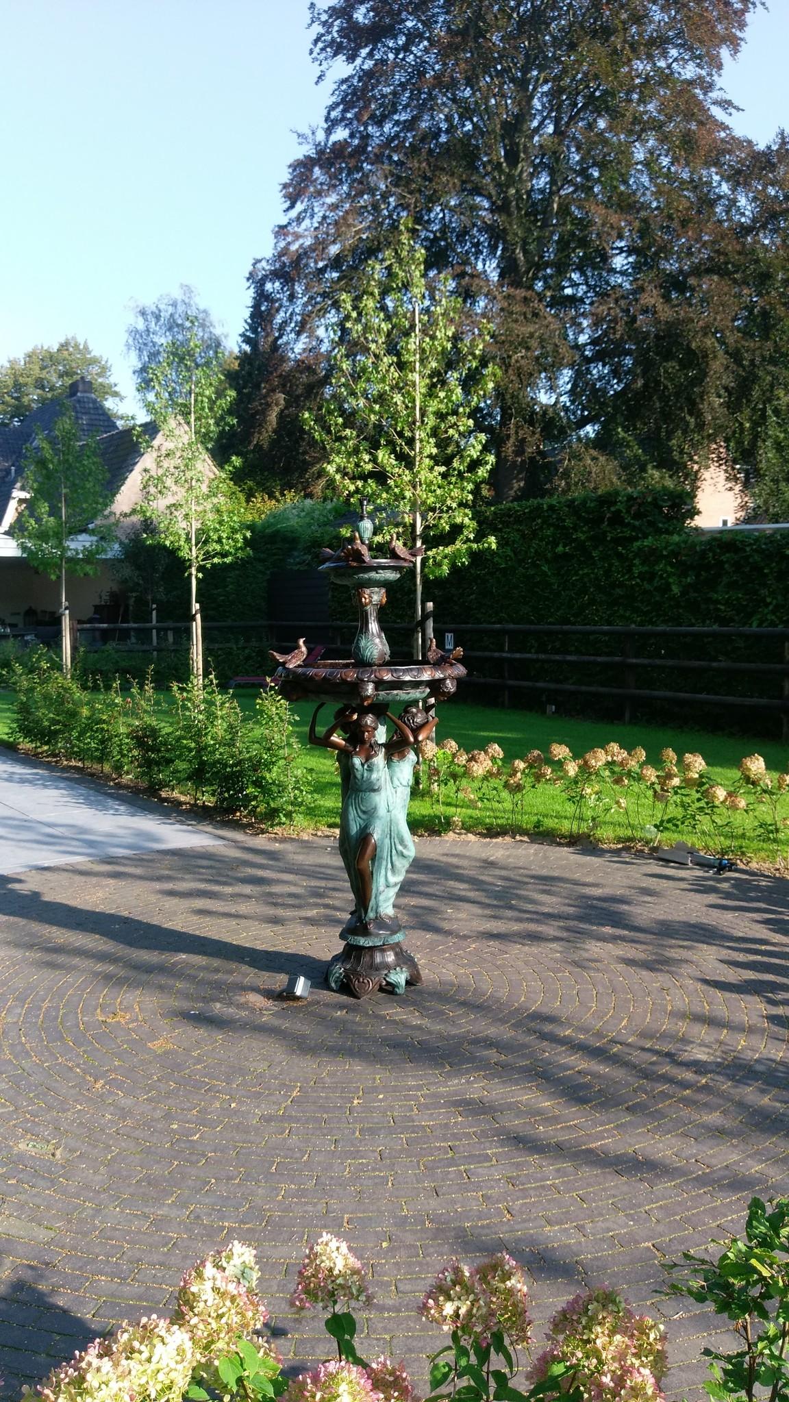 Bronzen Beelden:  3 Vrouwen met vogel fontein-6