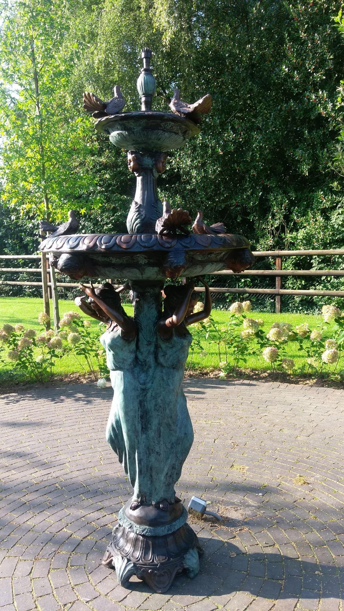 Bronzen Beelden:  3 Vrouwen met vogel fontein-10