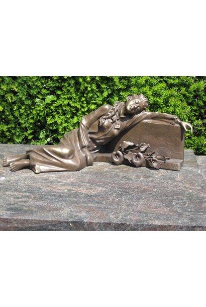 Dame liggend op grafsteen