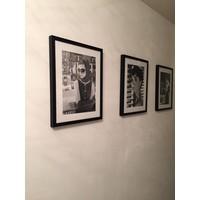 Fotolijst zwart frame - Audrey Hepburn met armen over elkaar