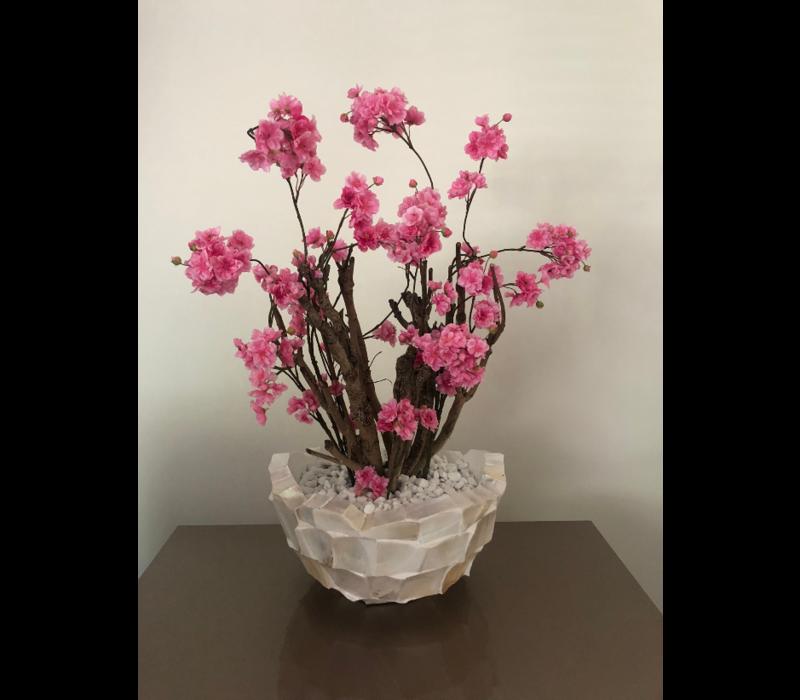 Schelpenvaas bowl wit 40 cm met fuchsia roze bloesems