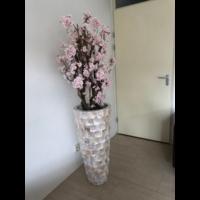 Schelpenvaas wit hoog met lichtroze bloesems