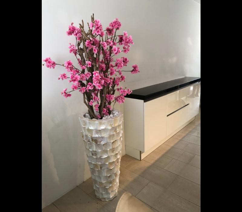 Schelpenvaas wit hoog met fuchsia roze bloesems