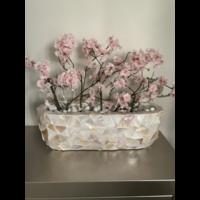 Schelpenvaas breed  met lichtroze bloesems