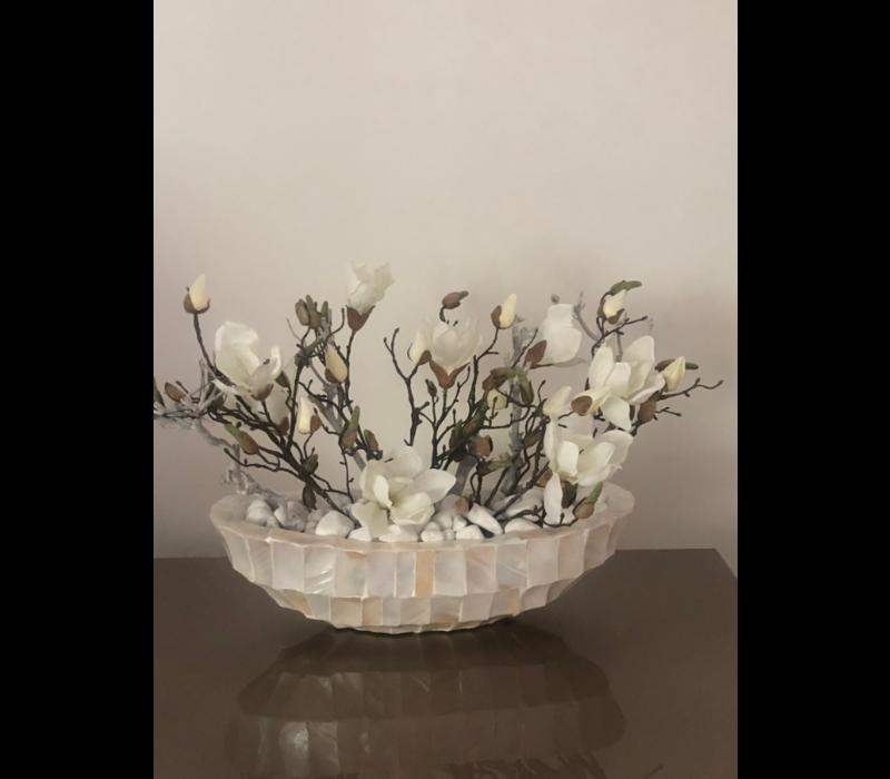 Schelpenvaas wit kleine boot met magnolia's