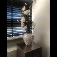 Schelpenvaas wit met witte magnolia's