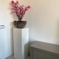 Schelpenvaas bowl bruin 40 cm met fuchsia roze bloesems