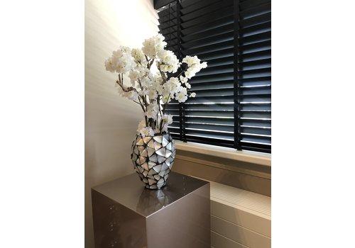Schelpenvaas klein met witte bloesem  - zilver 17x24 cm