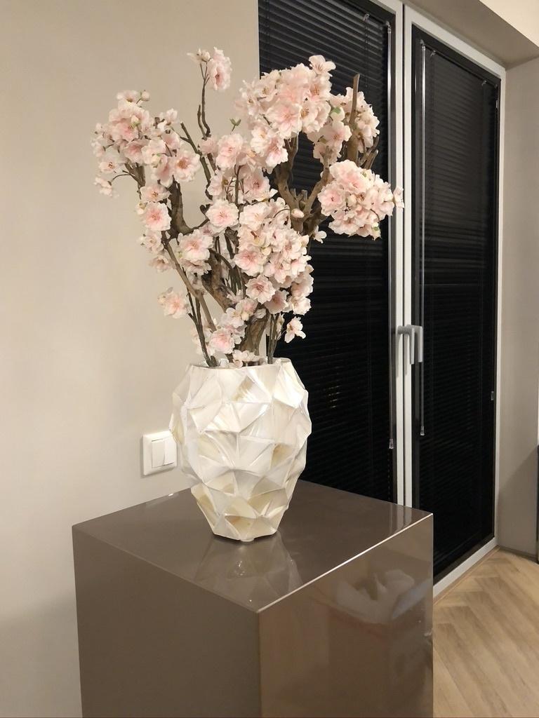 Schelpenvaas wit met roze bloesems