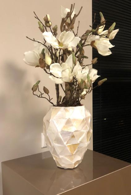 Kleine schelpenvaas met witte magnolia's