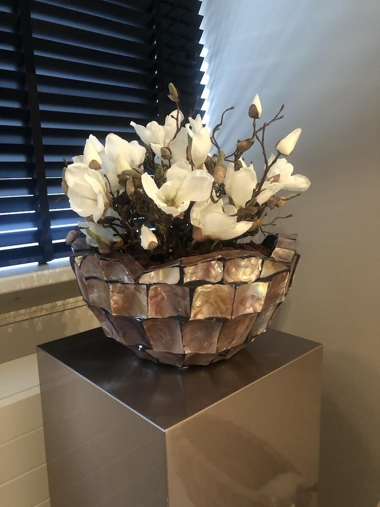 Schelpenvaas bowl met witte magnolia's