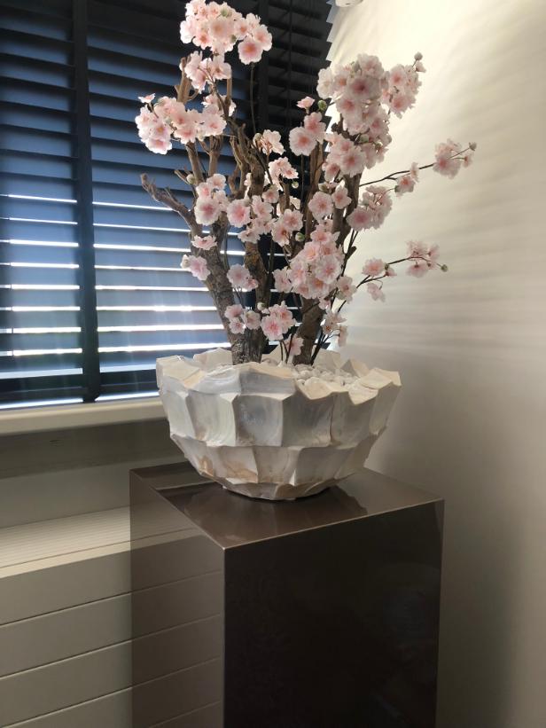 Schelpenvaas bowl wit met lichtroze bloesems