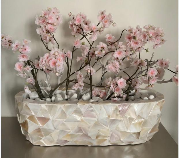 Schelpenvaas breed wit met roze bloesems