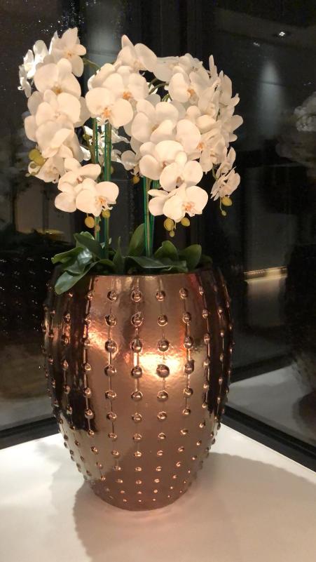 Bronzen pot medium met orchideeen