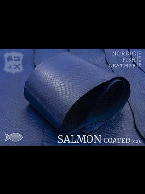 Nordic Fish Leather Zalm in de kleur Kaldi 141s (blauw), gefinisht met zijdeglans, gesloten schubben