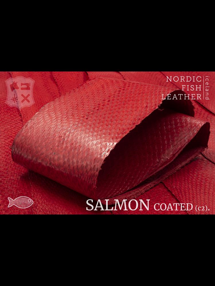 Nordic Fish Leather Zalm in de kleur Eldur 137s (rood), gefinisht met zijdeglans, gesloten schubben