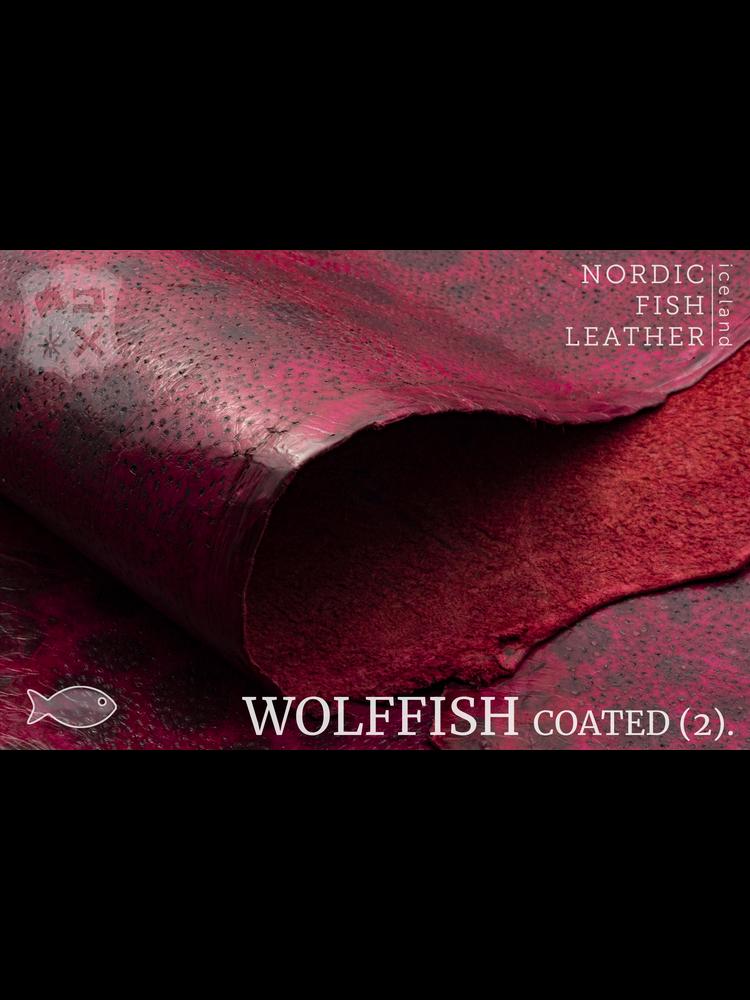 Nordic Fish Leather Gevlekte Zeewolf in de kleur Frigg 847s (rood), gefinisht met medium gloss