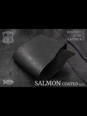 Nordic Fish Leather Zalm in de kleur Norr 912s (zwart), gefinisht met zijdeglans, gesloten schubben