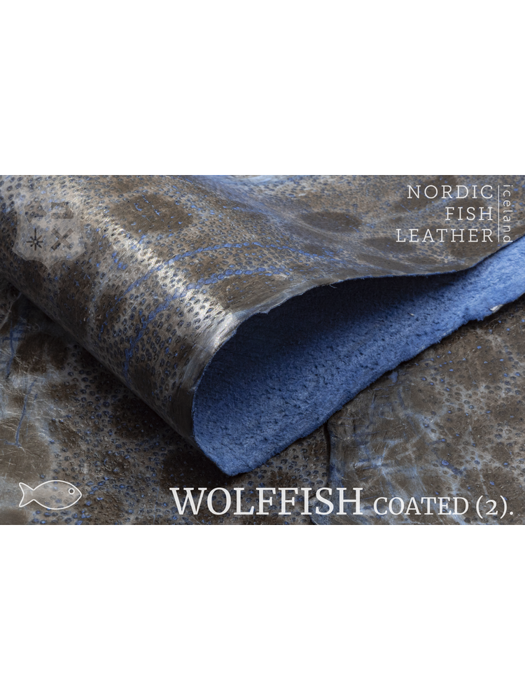 Nordic Fish Leather Gevlekte Zeewolf in de kleur Óðinn 864s (blauw), gefinisht met medium gloss