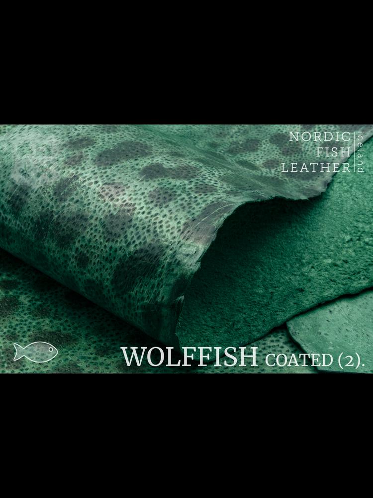 Nordic Fish Leather Gevlekte Zeewolf in de kleur Týr 806s (Groen), gefinisht met medium gloss