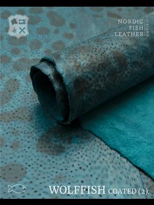 Nordic Fish Leather Gevlekte Zeewolf in de kleur Jari 880 (Turquoise), gefinisht met medium gloss