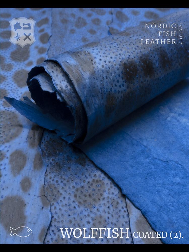 Nordic Fish Leather Gevlekte Zeewolf in de kleur Thor 878s (Blauw), gefinisht met medium gloss