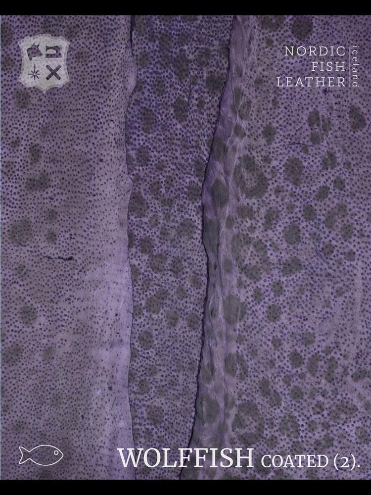 Nordic Fish Leather Gevlekte Zeewolf in de kleur Gna 862s (Paars), gefinisht met medium gloss