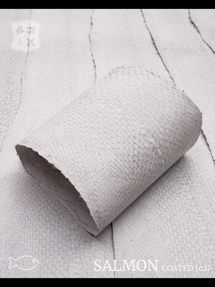 Nordic Fish Leather Zalm in de kleur  Krapi 118s (wit), gefinisht met zijdeglans, gesloten schubben