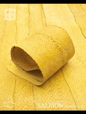 Nordic Fish Leather Zalm in de kleur Bjartur 104s (geel), gefinisht met zijdeglans, gesloten schubben