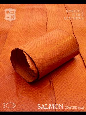 Nordic Fish Leather Zalm in de kleur Gos 945s (oranje), gefinisht met zijdeglans, gesloten schubben