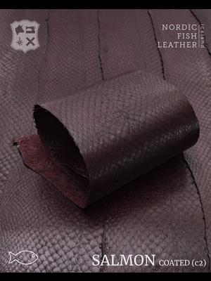 Nordic Fish Leather Zalm in de kleur Brenna 102s (Aubergine bruin), gefinisht met zijdeglans, gesloten schubben