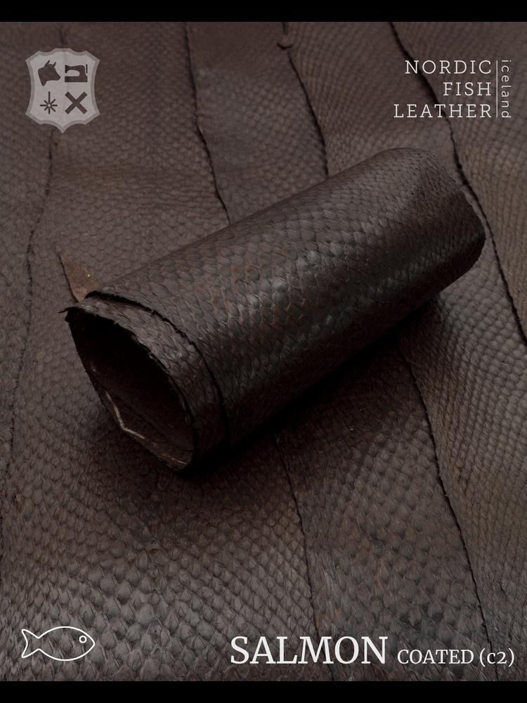Nordic Fish Leather Zalm in de kleur Börkur 918s (Donkerbruin), gefinisht met zijdeglans, gesloten schubben