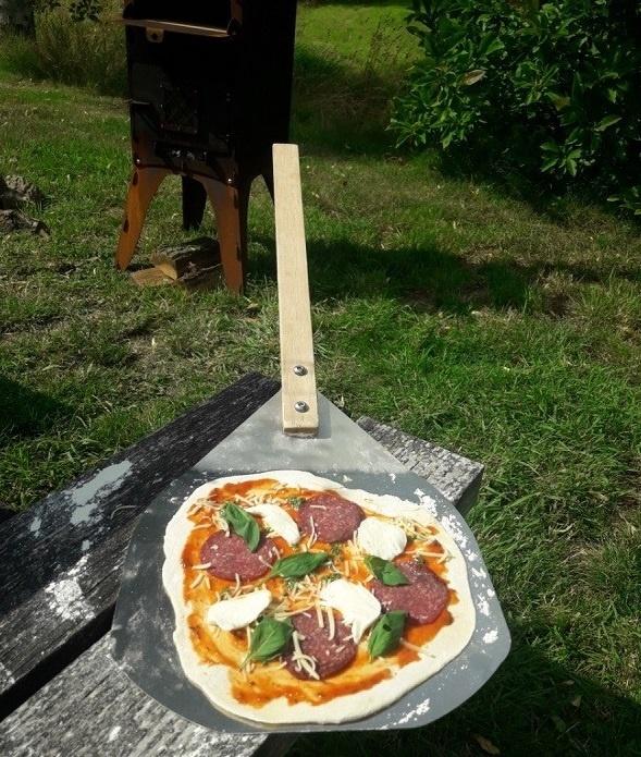 Zelfgemaakte pizza in de veelzijdige Fikki Outdoor Oven