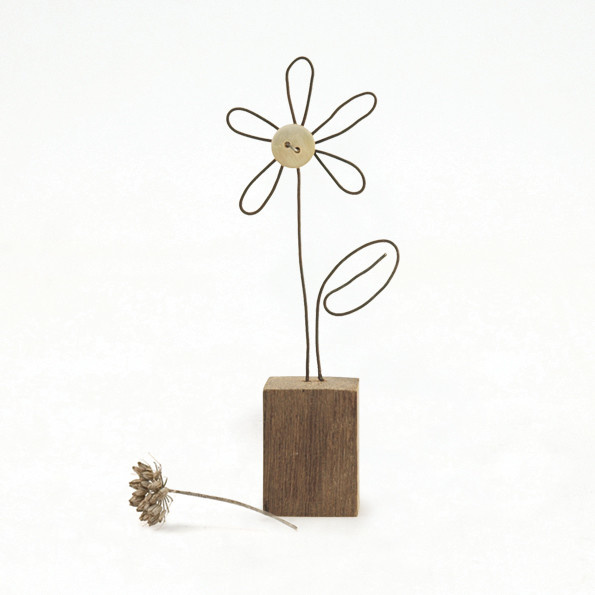 4520 Wire flower in wooden block