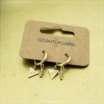 Go Dutch Label Go Dutch Label Goudkleurige Oorbellen Driehoek Roze Kraaltjes