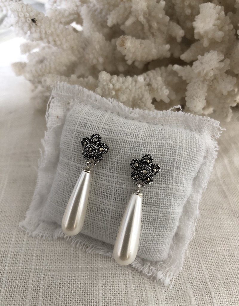 Flower earrings with cultured pearl