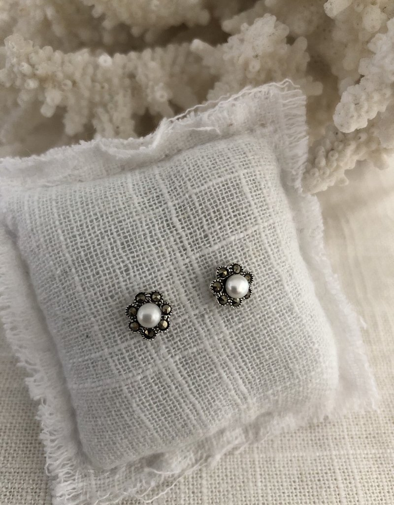 Earrings with flower and pearl