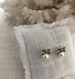 Bow earrings with cultured pearl