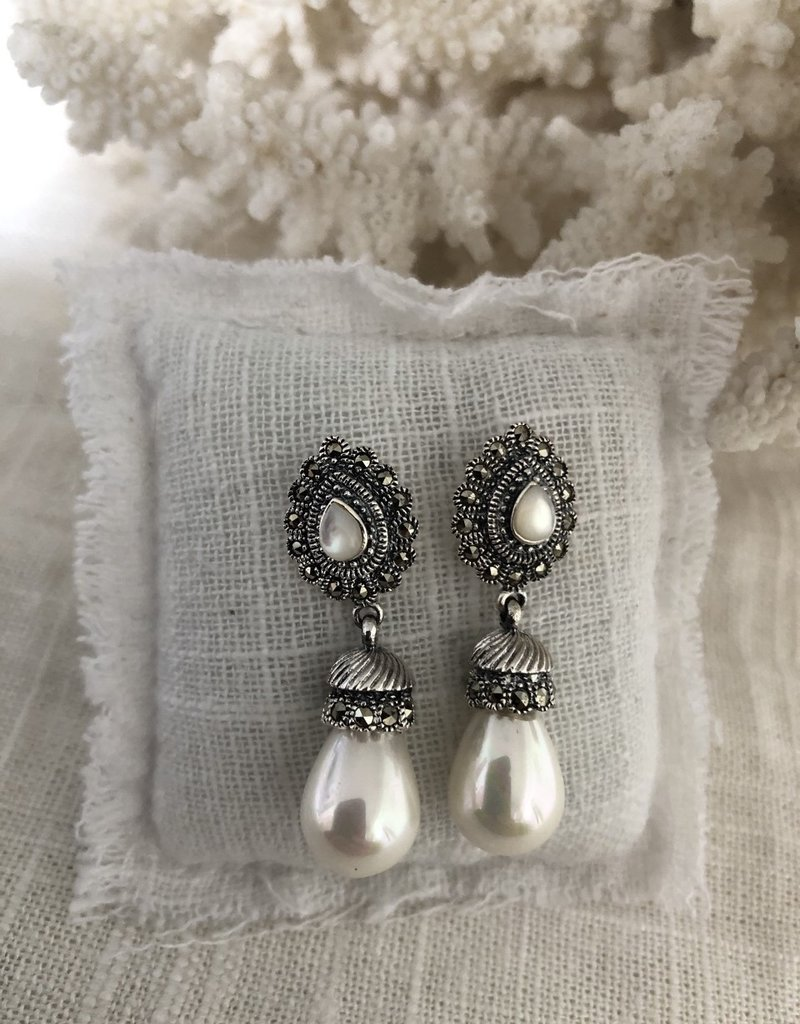 Earrings with cultured pearl