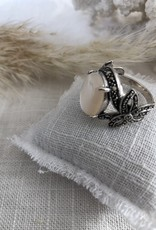 Ring with mother of pearl