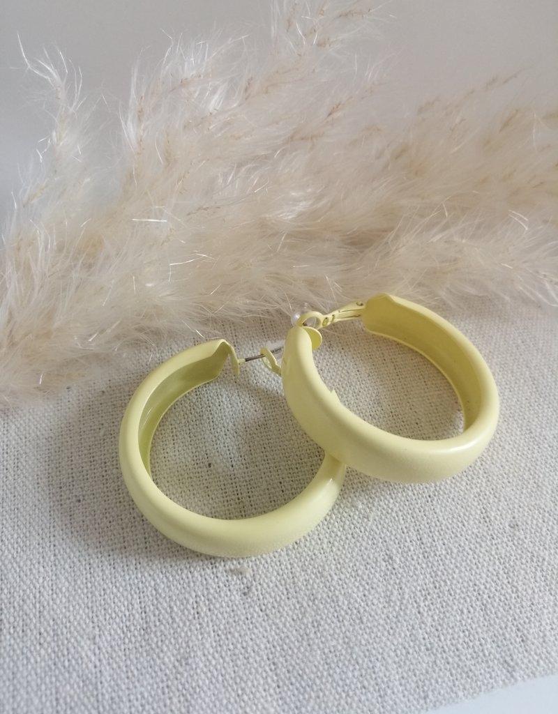 Gele oorbellen