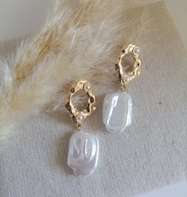 Earrings with freshwater pearl