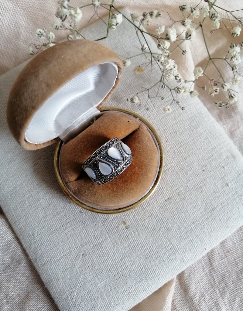 Ring drop-shaped mother of pearl