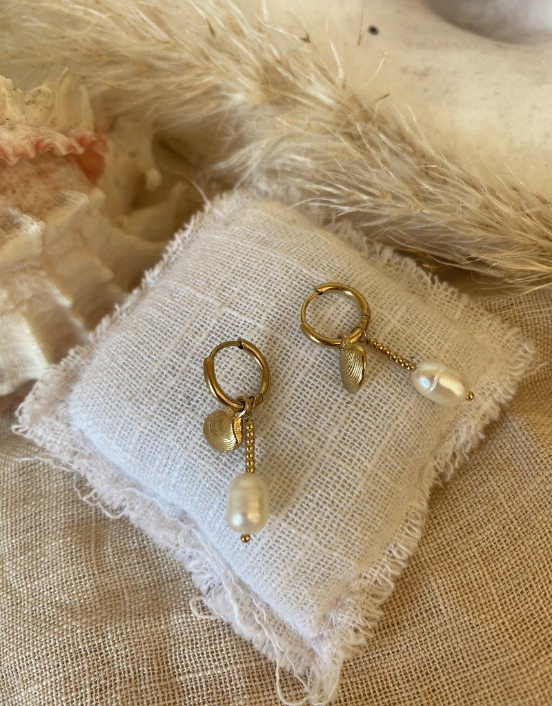 Oorbellen met witte parel en schelp