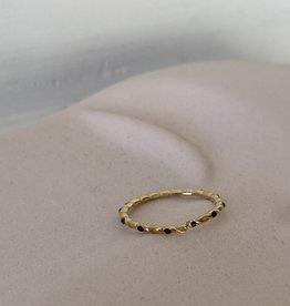 Ring met zwarte steentjes