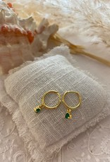 Kleine oorringen met groen steentje