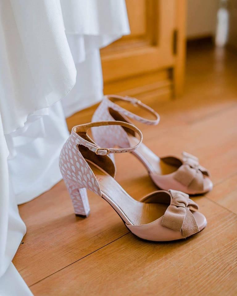 Deze bruid said yes to the shoes, het gelukkige paar!  Foto door Anouk Wubs Photography
