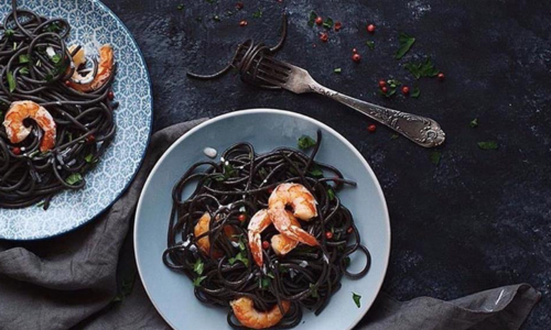 Rezept für 'Black Friday Pasta': Linguine Nero di Seppia mit Scampi