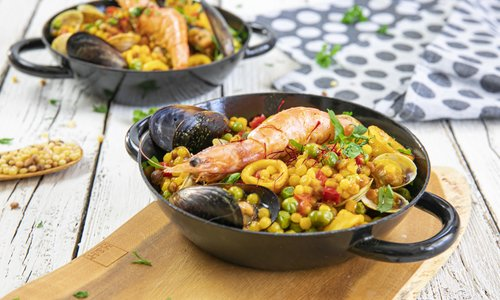 Moderne paella mit Fregola Sarda (kleine Kugelnudeln)